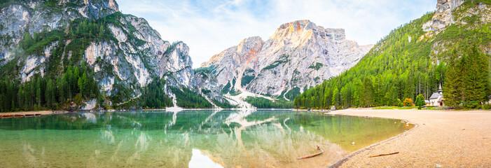Panorama Sonnenaufgang am Pragser Wildsee See in Italien Dolomiten Berg Alpen Tirol Südtirol...