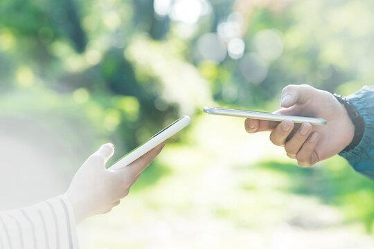 スマートフォンを操作する男女