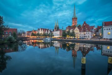 Fototapeta Lübeck an der Trave an einem Abend im Herbst bei leicht bewölkten Himmel zur blauen Stunde