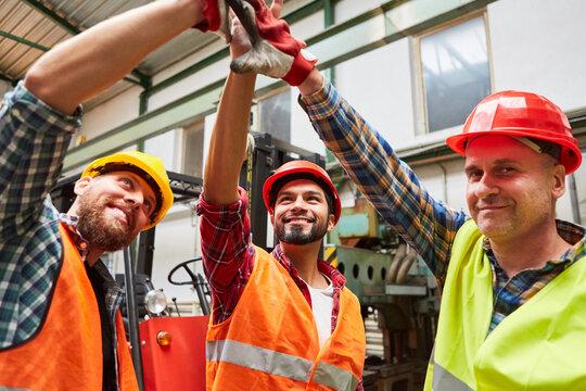 Handwerker begrüßen sich mit High Five für Teamgeist