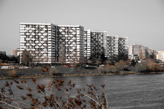 Fenêtres sur bâtiment, noir et blanc