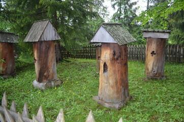 Fototapeta Prymitywne dawne ule z drewnianych pni