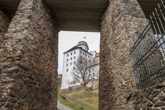 Detailaufnahme der Verteidigungsanlage mit einem großen Wachturm und in der Burgmauer mit Schießscharten der Feste Oberhaus bei der drei Flüsse Stadt Passau, Deutschland
