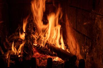 ogień w prawdziwym kominku z drewnem