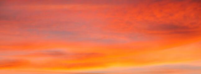 Fototapeta Cielo con nubes de color naranja al atardecer