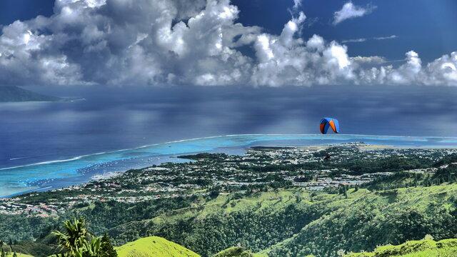 parapentiste au dessus du lagon de Tahiti