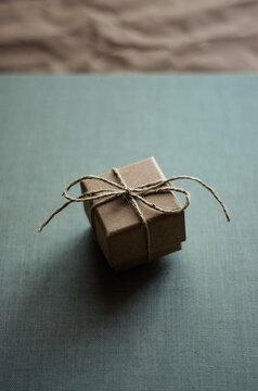 Caja de papel kraft con lazo