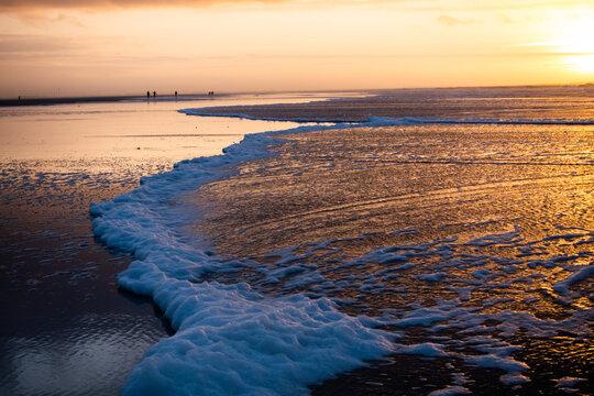 Strand der Nordseeinsel Langeoog bei Sonnenuntergang