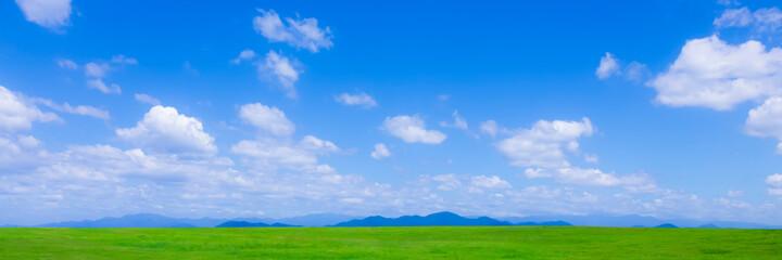 Fototapeta 緑の草原と青空パノラマ