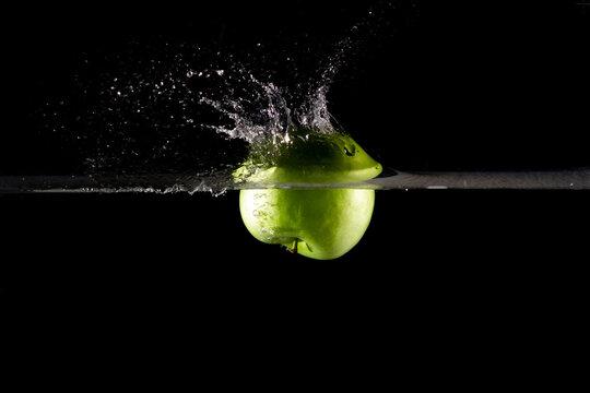 Manzanas verdes splash fruta fresca