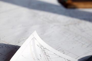 Obraz Prace geodezyjne i  narzędzia pracy geodety: kask, mapa, teodolit, taśma miernicza - fototapety do salonu