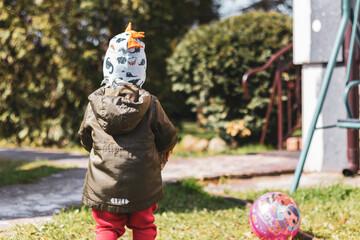 Fototapeta Dziecko bawiące się na podwórku.