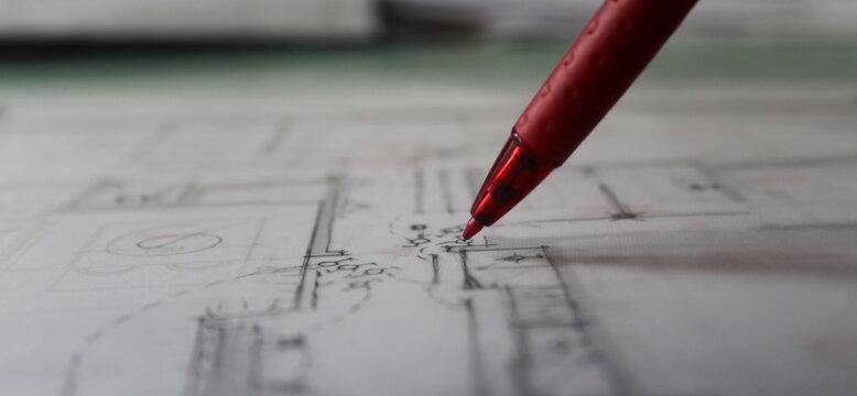 Architetto che progettare a mano libera nel suo studio professionale