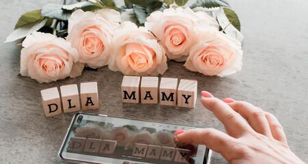 Kwiaty na dzień matki, oryginalne życzenia wysyłane telefonem dla mamy