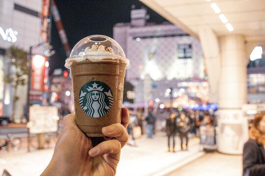 スタバでダークモカチップフラペチーノを買って 飲み歩き。夜の渋谷駅前。スターバックスで飲み物注文。