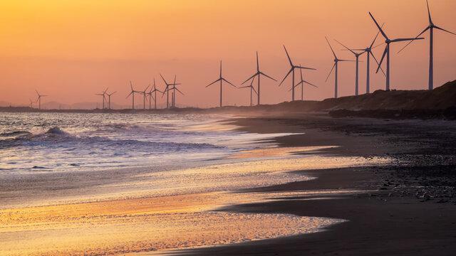 風力発電と遠州灘海岸の夕暮れ