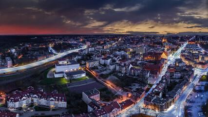 Nocna panorama Olsztyna, miasta na Warmii w północno-wschodniej Polsce