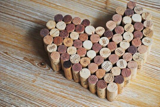 manualidad corazón con corchos de vino reciclado