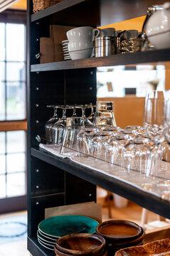 棚に並ぶワイングラス、タンブラー、コブレット