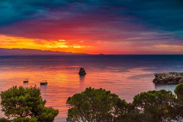 Prachtige zonsopgang boven de zee in Taormina, Sicilië