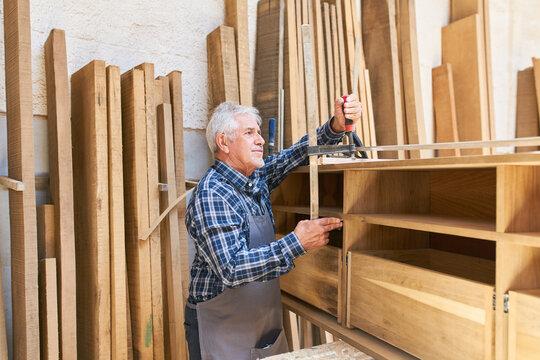 Senior Handwerker als Möbeltischler mit Erfahrung