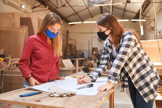 Zwei Handwerker Frauen mit Mundschutz