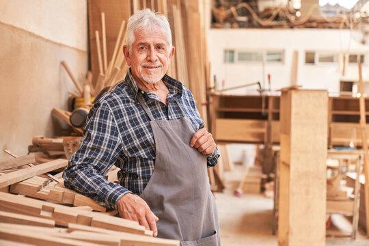 Senior Handwerker als zufriedener Baumeister