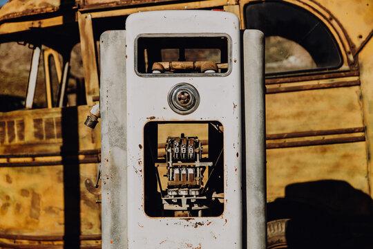 Amerika | Verlassene Tankstelle mit Zapfsäule in Gesiterstadt