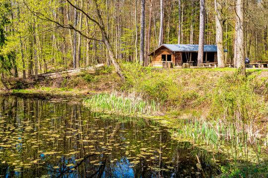 Wanderhütte im Siebengebirge am See