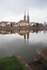 Fototapeta Widok na Ostrów Tumski we Wrocławiu, na tle rzeki Odry i starego krzesła, Polska obraz