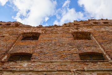 Ruiny kompleks młyński spichlerz ściana z cegły na tle nieba