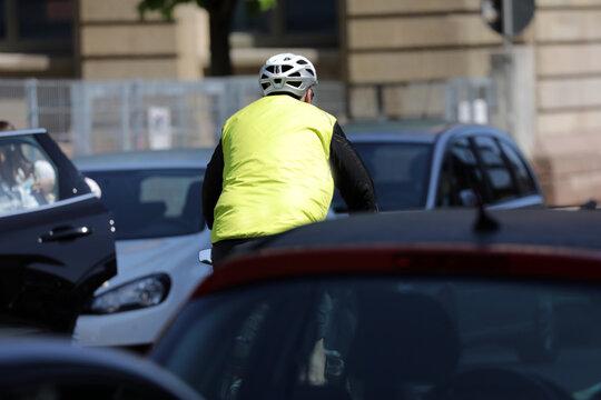 fahrradfahrer in der stadt mit viel verkehr