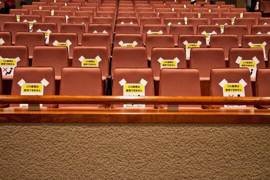 距離を空けて座る準備の済んだ会場の座席