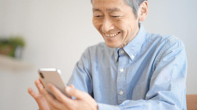 スマートフォンを操作するシニア男性