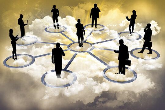 Persone in silhouette, uomini e donne, sono connesse e collegate, in modo ideale fra loro..