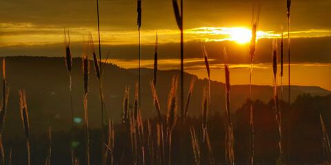 Fototapeta zachód słońca w górach obraz