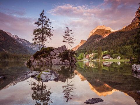 Sonnenaufgang am Hintersee im Berchtesgadener Land