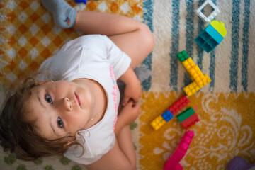 Fototapeta Dziecko układa klocki obraz