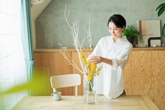 花瓶に花を生ける女性