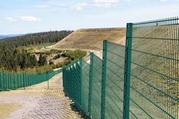 Das  875 m hoch gelegene Steinschüttdamm   des 13,5 Millionen Kubikmeter Wasser fassende...