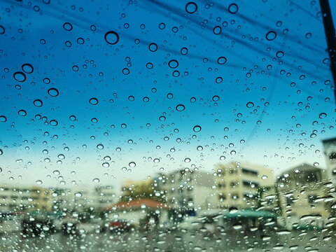 Look at the raindrops (water droplets) on the front windshield of the car, at the top, have a sun-proof film that makes it visible in two colors. Compare with human emotions of lonely, sad, worried