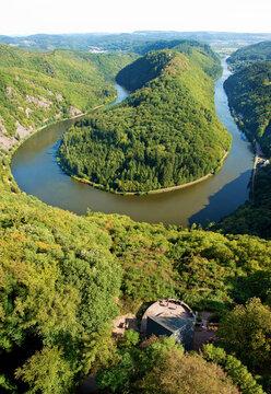 Saarschleife bei Mettlach, bekannte Sehenswürdigkeiten des Saarlandes. Blick vom Baumwipfelpfad über den Fluss und den Aussichtspunkt Cloef
