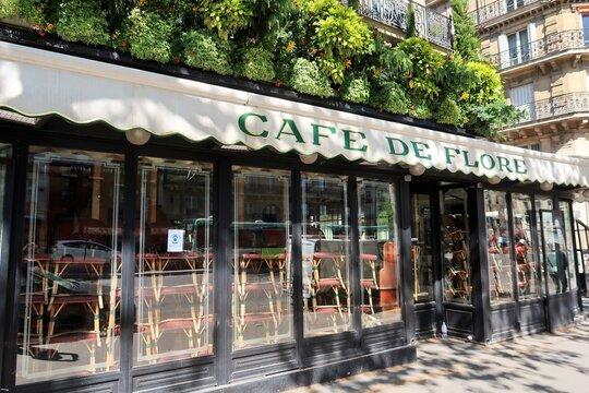 Café de Flore à Paris, célèbre café / bar / brasserie parisien, fermé pendant la période d'état d'urgence sanitaire et de confinement, due à la pandémie de covid-19 – avril 2021 (France)