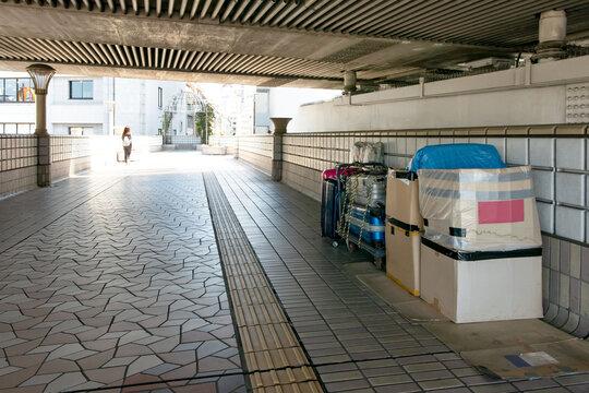 上野駅横断歩道橋に置かれたホームレスの荷物
