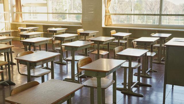 誰もいない教室の机