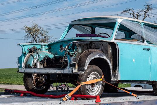 Alter Trabant 601 auf den Weg zum Restaurator