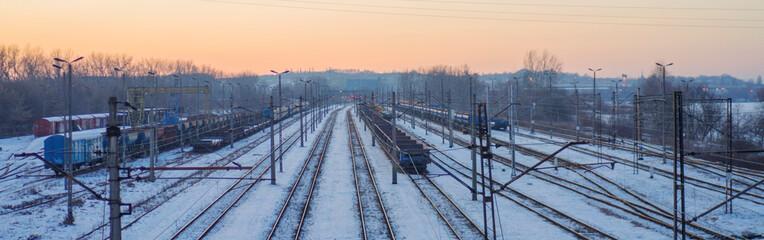 Fototapeta Widok na tory kolejowe w zimowej aurze. Kraków 2021 - wiadukt na Przewozie.