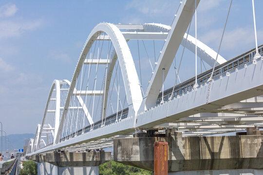 鳥飼大橋南端の堤防から見る大阪モノレール淀川橋梁と鳥飼大橋