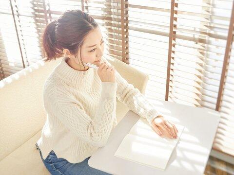 考え事をするアジア人女性