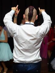 Mężczyzna tańczy na zabawie